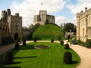 Arundel_Castle_-_motte_and_quadrangle,_England_(18_April_2006)